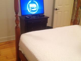 Tv in queen bedroom