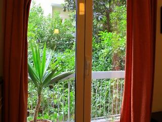 Lovely Flat with garden near metro, Athens