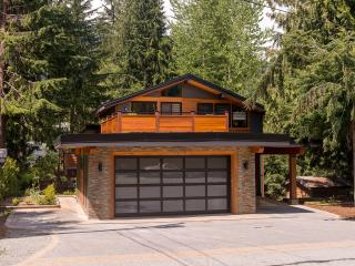 Brio House - Luxury Private family home with Hot Tub, parking & free WIFI, Whistler