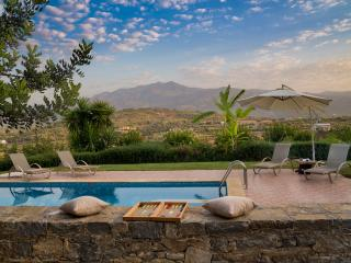 private Villa with magnificent view &Hotel service, Melidoni