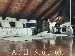 ART LH Apartment è una mansarda di charme.