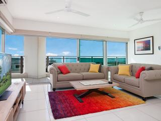 Beachlife Sea Breeze Apartment - Stunning Harbour Views 3BRM + Study