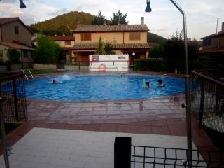 Casa con WIFI, jardin y piscina  en zona tranquila