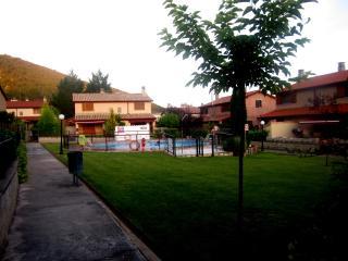Casa con WIFI, jardín y piscina  en zona tranquila, Aínsa