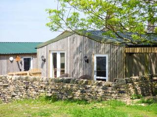 THE OLD CORN STORE, en-suite, hot tub, WiFi, pet-friendly cottage, near Haworth,