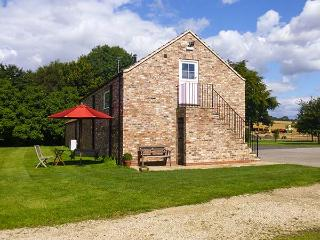 THE STABLES, CRAYKE LODGE, first floor barn conversion, WiFi, woodburner, parking, in Easingwold, Ref 917511