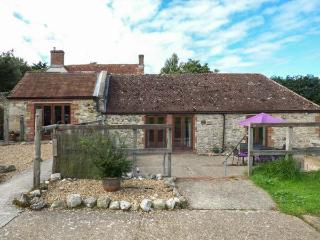 STABLE COTTAGE, stable conversion, en-suite, lawned garden, in Freshwater, Ref 9
