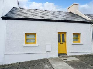 BUTTERCUP COTTAGE, all ground floor, multi-fuel stove, enclosed garden, in Westport, Ref 928502