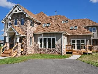 Exquisite 5 Bedroom Luxury Log home with private indoor swimming pool!, Swanton