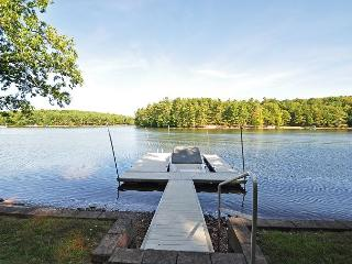 Captivating 3 Bedroom Lakefront Cottage w/ Private dock & Hot Tub!, Swanton