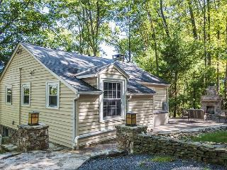 Captivating 3 Bedroom Lakefront Cottage w/ Private dock & Hot Tub!
