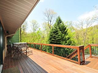 Stunning & Unique 4 Bedroom Split Lakefront Home w/ Hot tub & amazing views!, Swanton
