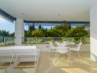 Golden Mile apartment w/ heated pool and free WiFi, Marbella