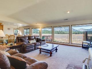 Serenity overlooking Tahoe Keys meadow; rec center access w/ shared pool!, South Lake Tahoe