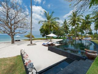 Villa Sapi - Pool and beach view