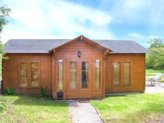POACHER'S CABIN, pet-friendly country lodge, WiFi, rural setting with estate facilties, Morfa Nefyn Ref 917970