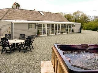 THE KEEPERS LODGE, detached stone cottage, woodburner, hot tub, family accommodation, near Morfa Nefyn, Ref 917973