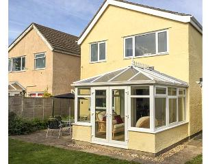 THE CWTCH, enclosed garden, good touring base, three bedrooms, conservatory, detached cottage in Pembroke, Ref. 918934