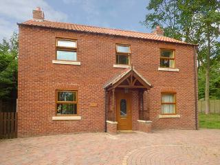 SYCAMORE LODGE, detached, open fire, en-suite, hot tub, ideal family home, in Ho