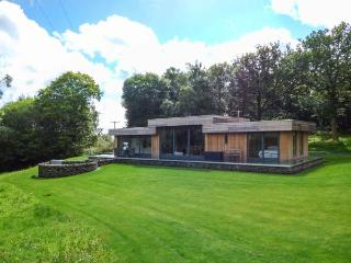 NEDDY CUT, luxury detached cottage, hot tub, woodburner, en-suites, parking, patio, in Backbarrow, Ref 928182
