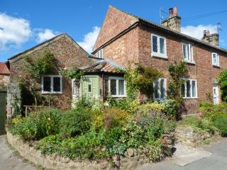 THE RIDINGS, pet-friendly cottage with woodburner, WiFi, moments from amenities and walks, beautiful accommodation, Wath, Ref. 928081