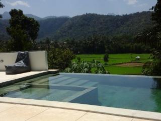 Villa Sari, Batu Layar