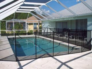 Tranquil Kingfisher Villa in Rotonda with Pool