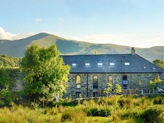 CAPEL DINORWIG, converted chapel, en-suites, sauna, games room, parking, in Llan