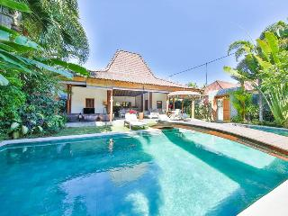 4 BR Charming villa & pool in center Oberoi, Seminyak