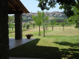 la macine con ampio portico e grande giardino