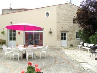 LE CLOS MARIE gite with swimming pool, jacuzzi and garden