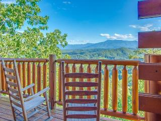 CRAZY SPRING SPECIAL from $119!!! Luxurious Cabin w/ Stunning Views. Sleeps 4, Pigeon Forge