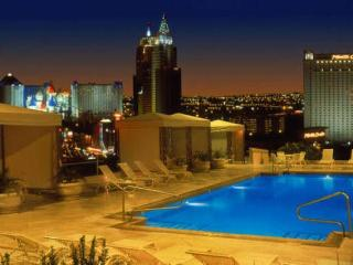 Stunning Roof Top Pool at Polo Towers 1 bd condo!, Las Vegas