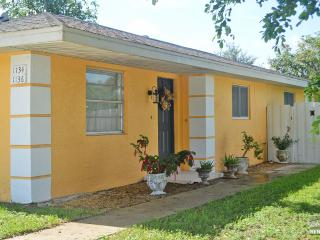 Cute 2 bedroom pet friendly home with fenced in yard., Naples