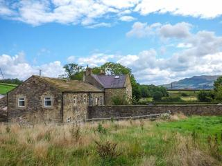 NIFFANY BARN, pet friendly, character holiday cottage, with a garden in Skipton,