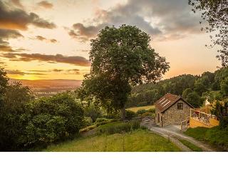 BISHOP'S CASTLE BARN, detached, hot tub, parking, elevated decking, in Bishop's Castle, Ref 920166, Bishops Castle