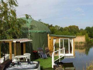 SECRET ISLAND YURT, hot tub, sauna, roll-top bath, lakeside yurt in Beckford, Ref. 921614