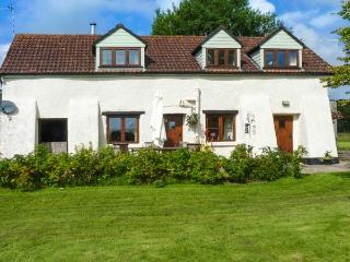 DEER FARM COTTAGE, rural retreat, woodburner, off road parking, patio, in Chulmleigh, Ref 929118