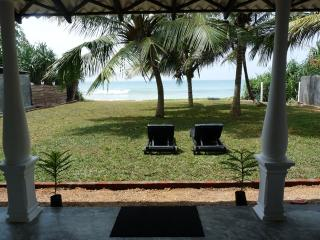Lankamiya, private villa on the beach ,Wifi ,AC, Breakfasts,Cleaning included.., Ambalangoda