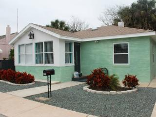 Steps from the Beach!Sleeps up to 6/-Hot-tub/ Free Beach Bikes from $125 per nit, Daytona Beach