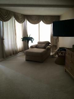 Master King Suite/Chaise Lounge area. Read a book, listen to Relaxing music. Soft Spa Robes provided