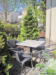 Small patio with table for your single use Eigene kleine Terrasse vor dem Wohnzimmer