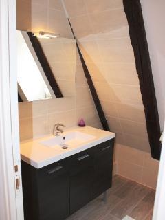 Salle de bain (à l'étage des chambres) avec baignoire et WC.