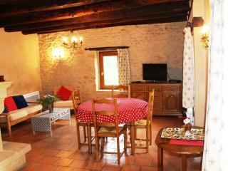 Salle à manger, salon avec TV écran plat 81cm TNT HD, cheminée (bois fourni en saison) et wifi.