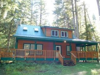 78SL Country Cabin with a Hot Tub near Mt. Baker, Glacier