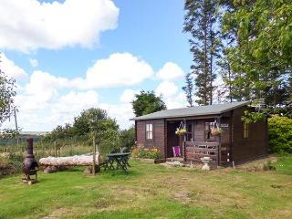TREVENNA CABIN, cabin in woodland setting, lovely grounds, firepit, close coast, in Sticker Ref 922255