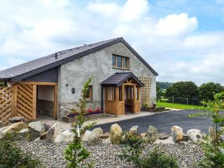 TYN Y CELYN UCHAF, luxury cottage with hot tub, woodburner, en-suites, WiFi, vie