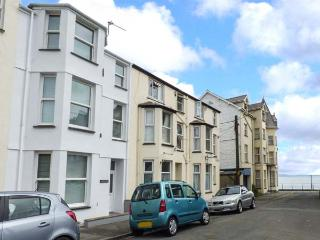 Y CASTELL APARTMENT 2, all first floor, en-suite bedroom, seaside one min walk, in Criccieth, Ref 926579