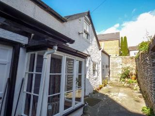 STABLE COTTAGE, quaint cottage off main street, parking, enclosed courtyard, in, Kington
