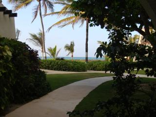 37 Steps From The Beach And Ocean....The Pool Is Close Too!!